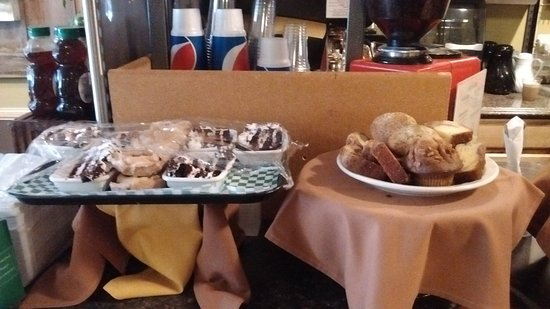 Condon, Орегон: Muffins & Quick Breads, Chocolate Cake with Cherry filling & other Deliciousness :)