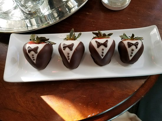 The Cliff House at Pikes Peak: Chocolate Strawberries upon arrival