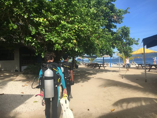 how to get to hideaway island vila