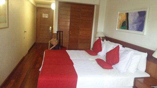Balmoral Plaza Hotel: quarto