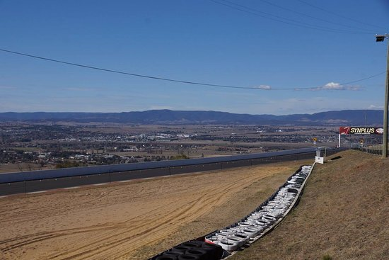 ‪‪Mount Panorama Motor Racing Circuit‬: View from a hill‬