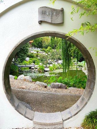 Chinese Garden of Friendship : porta della luna