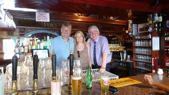 Tynan's Bridge House Bar: We slip in for a photo with our barman