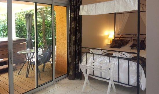 La Boissiere-Ecole, Франция: chambre kenya avec jacuzzi sur terrasse