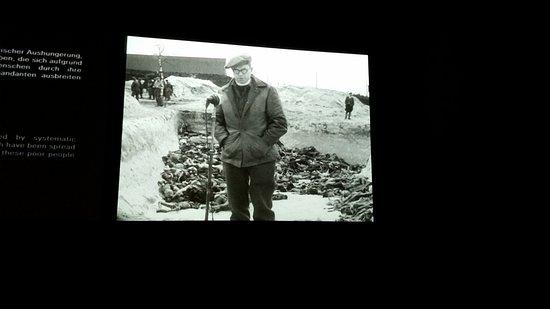 Bergen, ألمانيا: Film som viser omverdenen hvordan lig blev lagt i massegrave.
