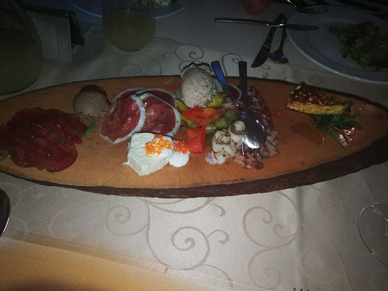 Приличный ресторан при отеле.