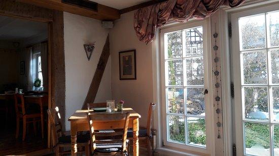 Oberkirchen, Alemania: Teilausschnitt des zweiten Gastraums mit Blick auf die Terrasse