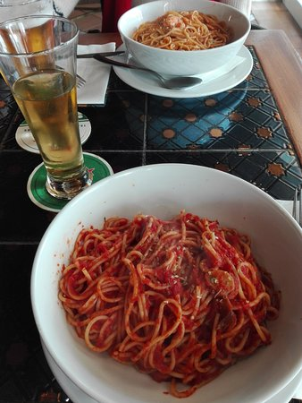 Abracadabra Pizza Restaurant: Espaguetis al ajo. Con salsa de tomate, y con gambas.