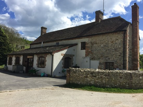 Coombe Keynes, UK: Farmhouse entrance and parking