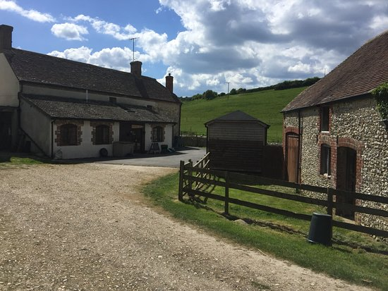 Coombe Keynes, UK: Farmhouse and parking area
