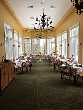 Stone Hill Inn: Picturesque views from every location - this is the room we had breakfast in each lovely morning