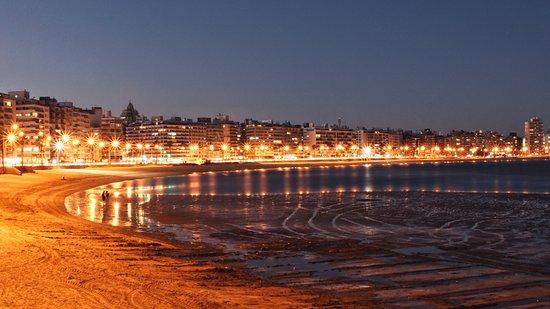 Montevideo, Uruguay: Rambla pela noite.
