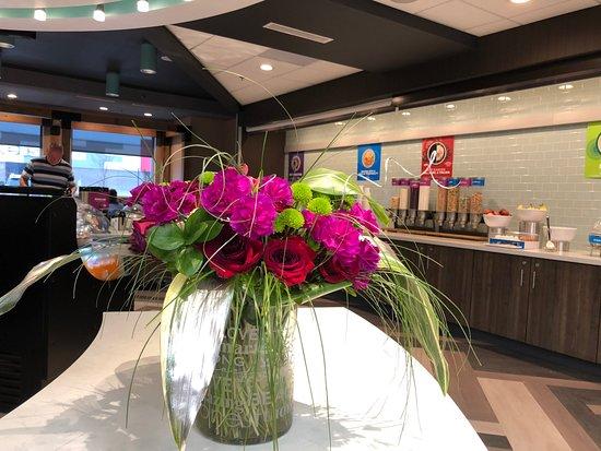 Farmville, VA: Pretty flowers at reception desk