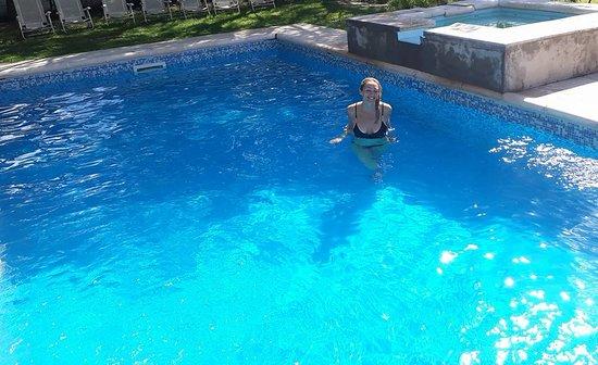 Balde, Argentina: La piscina mas grande . Los dormitorios cuentan con bañeras con agua termal .