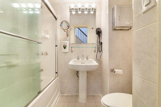 Colonial House Inn: Hallway Bathroom