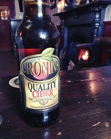 Cashel, Irlanda: A Cronins cider by the fire