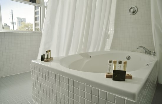Eo Inn: King Balcony Room bathroom and spacious tub
