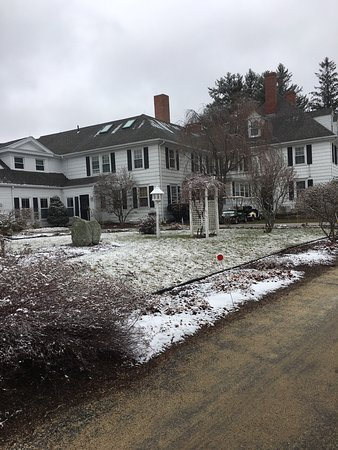 Woodstock, CT: Hotel after light snow
