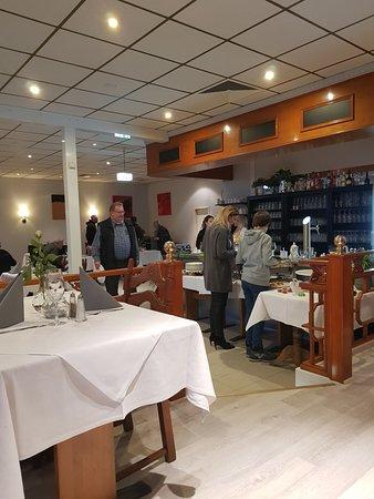 Kaltenkirchen, Duitsland: Blick auf das Buffet (vor der Bar)
