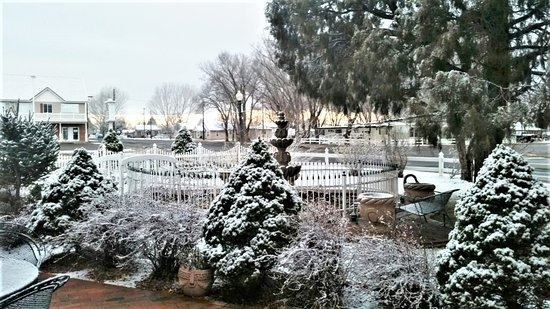 Snowflake, AZ : Front Sitting area with Water Fountain & Brick plus small bridge for pictures.