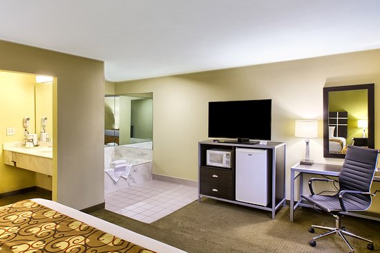 Knightdale, NC: One King Bed Jacuzzi