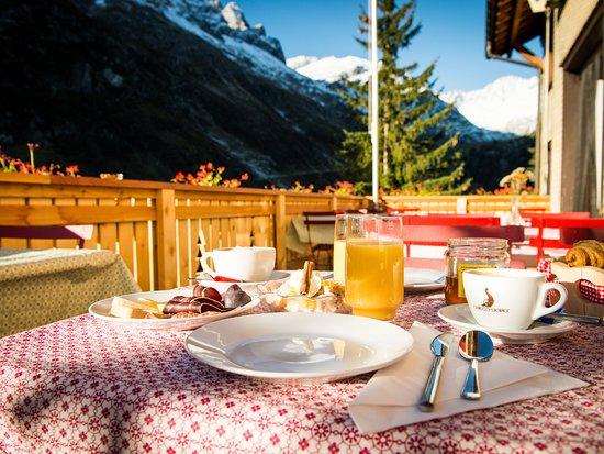 Goeschenen, Switzerland: Frühstück auf der sonnen Terrasse mitten in den Bergen