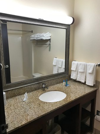 Best Western Huntington Mall Inn: The bathroom was pristine, fully stocked with soaps, clean towels and a great shower.