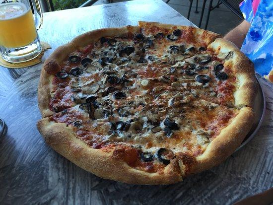 Lake Lure, Carolina del Norte: Pizza with Mushrooms and Black Olives