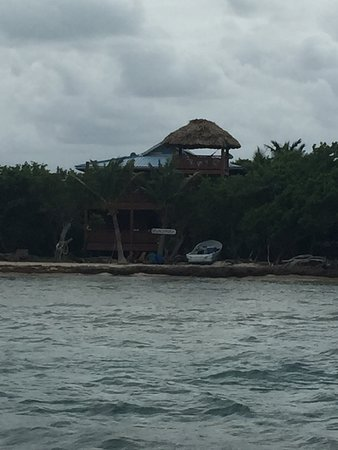 Long Caye, Belice: view from dock area to the house along the beach