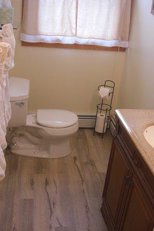 The Seafarer Inn: 3rd floor (Cape Hedge Room) Bathroom