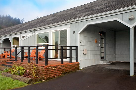 Agate Beach Motel: Premier suites have individual, covered carports for parking.