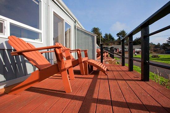 Agate Beach Motel: Each suite has a private deck with ocean views.