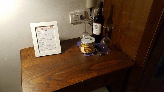 Il Cantuccio : Cantucci e vino in camera con bicchieri