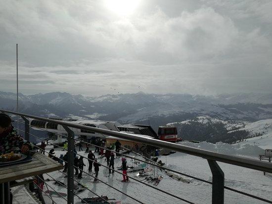 """Flims Laax Falera Ski Resort: Desde la terraza del comedor de """"Galaaxy"""": se ven parapentes en el medio de la foto..."""