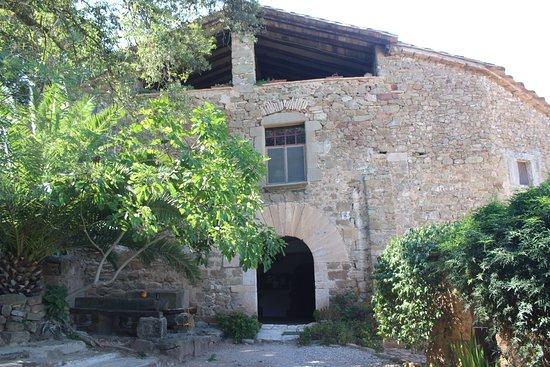 Camos, Spanje: FACHADA MASÍA DEL SIGLO XII