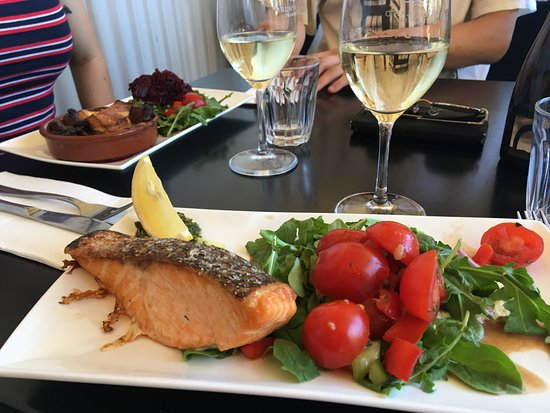 Lunawanna, Australien: Grilled Salmon with green salad/tomatoes