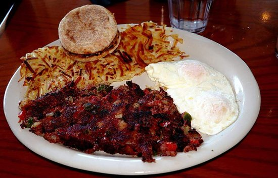 Daly City, Californien: Corned beef hash, eggs over easy, Yukon potato hash browns with English muffins