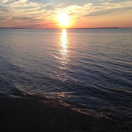 Malpeque, Kanada: The sunset on the red, rocky shore of Cabot Beach Provincial Park