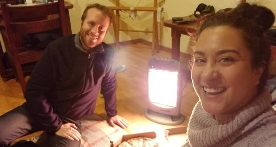 Hotel Rincon del Arco: The hotel helped us order a pizza after a tough tour. Here we are with our space heater.