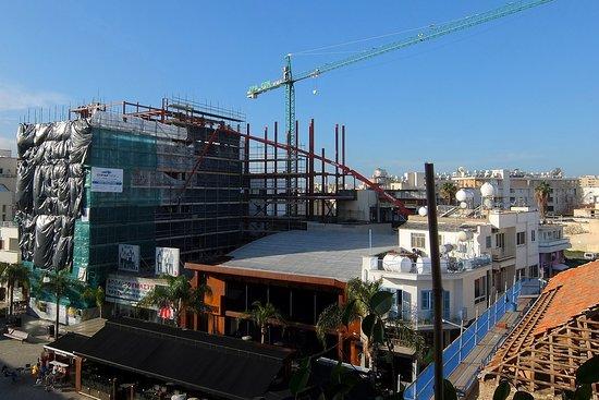 Eleonora Hotel Apartments: Фото 8. Строительство много этажного здания около отеля – вид из окна номера
