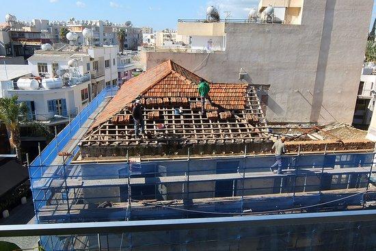 Eleonora Hotel Apartments: Фото 9. Капитальный ремонт (или разбор) дома напротив отеля – вид из окна номера