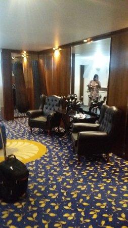 Sierra Hotels Burgers Park : Lobby facing the elevators...