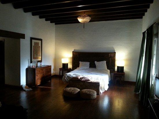 Hotel Boutique & Villas Oasis Casa Vieja : Mucha madera, muebles originales, muy espaciosa: La Gomera
