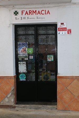 Pinos del Valle, Spain: De apotheek zit echt om de hoek.