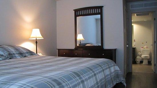 Chambre des maîtres avec lit Queen et salle de bain privé - Photo de ...
