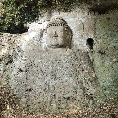 Kumano Magaibutsu: 愛嬌のあるお不動様、ゴロゴロした石段を登って出会った時は思わずその大きさに感動します