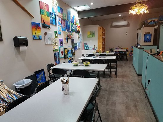 Art Escape : Canvas room and customer seating.