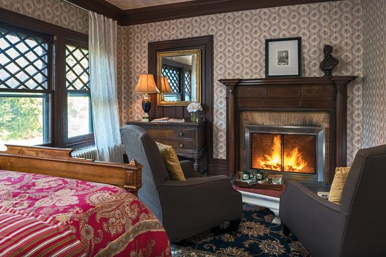 Manor House Inn: Suites with fireplaces