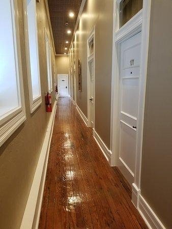 Jefferson, TX: Downstairs hotel hallway