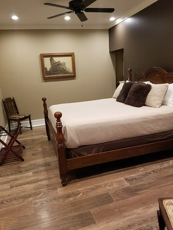 Jefferson, TX: Room 101 downstairs. King bed with microwave & refrigerator. (Efficiency).